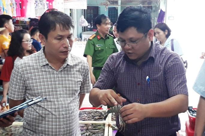 Phát hiện 2 cửa hàng hải sản ở Sầm Sơn bán tôm bơm tạp chất độc hại - Ảnh 1.