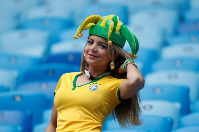 Nữ CĐV Brazil đến đâu, lửa cháy đến đó - Ảnh 4.