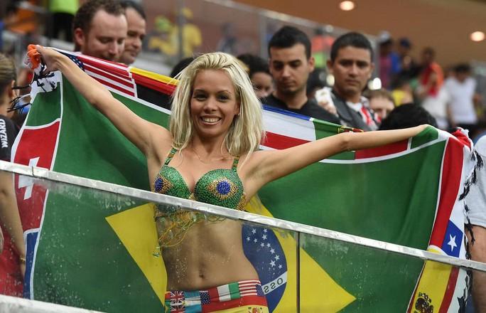 Nữ CĐV Brazil đến đâu, lửa cháy đến đó - Ảnh 2.