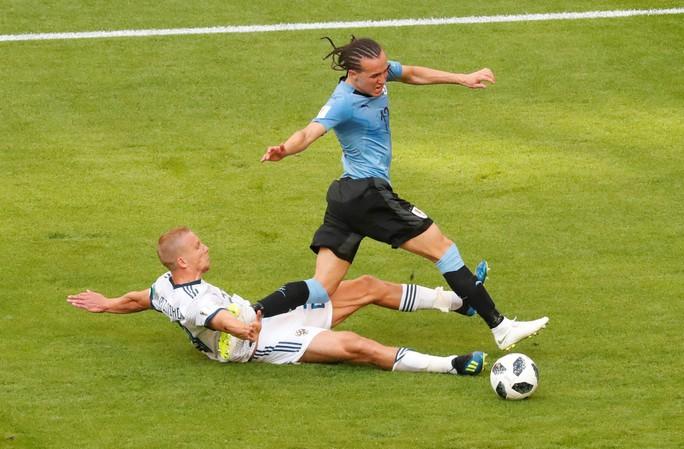 Suarez lập công, Uruguay đứng đầu bảng A - Ảnh 1.