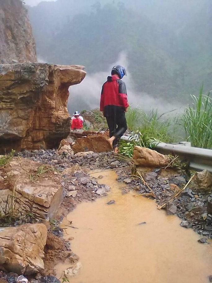 Mưa lũ gây sạt lở hơn nửa triệu m3 đất, đá, nhiều tuyến quốc lộ bị cô lập - Ảnh 6.
