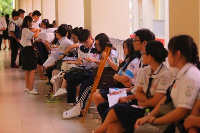 Các thí sinh đặc biệt dự thi THPT quốc gia - Ảnh 2.