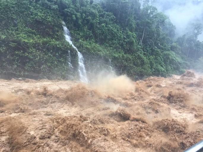 Mưa lũ gây sạt lở hơn nửa triệu m3 đất, đá, nhiều tuyến quốc lộ bị cô lập - Ảnh 1.