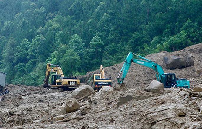Mưa lũ gây sạt lở hơn nửa triệu m3 đất, đá, nhiều tuyến quốc lộ bị cô lập - Ảnh 4.