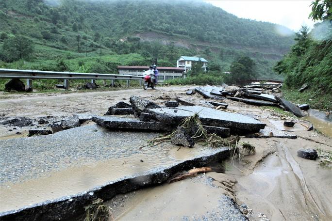 Mưa lũ gây sạt lở hơn nửa triệu m3 đất, đá, nhiều tuyến quốc lộ bị cô lập - Ảnh 3.