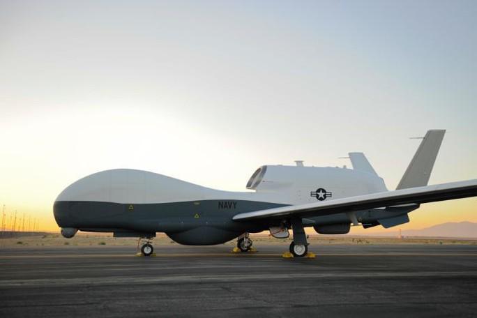 Siêu tàu sân bay Mỹ tới nơi Trung Quốc quân sự hóa các đảo nhân tạo - Ảnh 2.