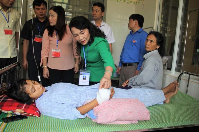 Thứ trưởng Bộ GD-ĐT thăm, tặng quà cho thí sinh bị rắn cắn - Ảnh 1.