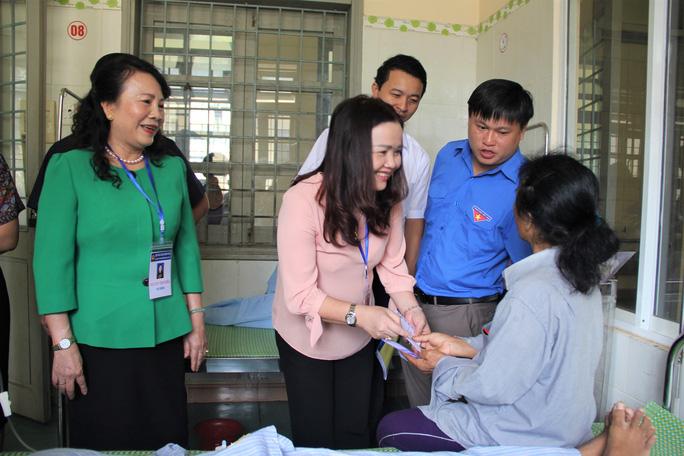 Thứ trưởng Bộ GD-ĐT thăm, tặng quà cho thí sinh bị rắn cắn - Ảnh 2.