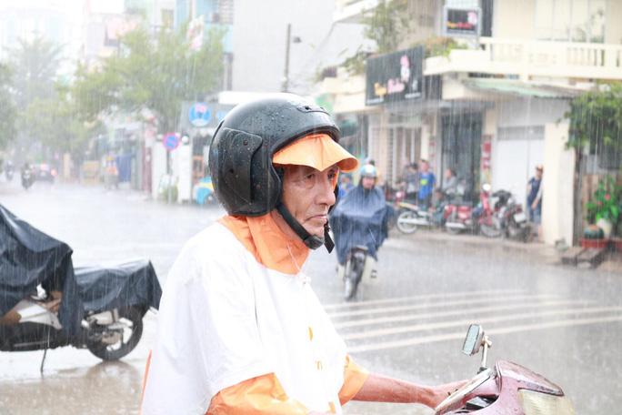 Phụ huynh chờ con thi THPT trong cơn mưa chiều tầm tã - Ảnh 9.