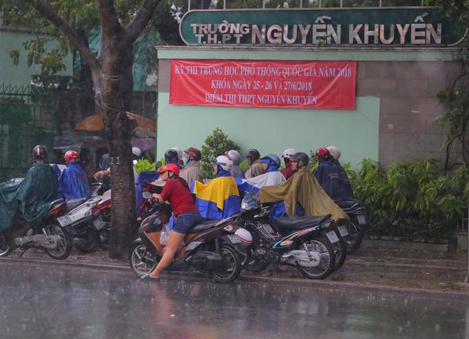 Phụ huynh chờ con thi THPT trong cơn mưa chiều tầm tã - Ảnh 2.