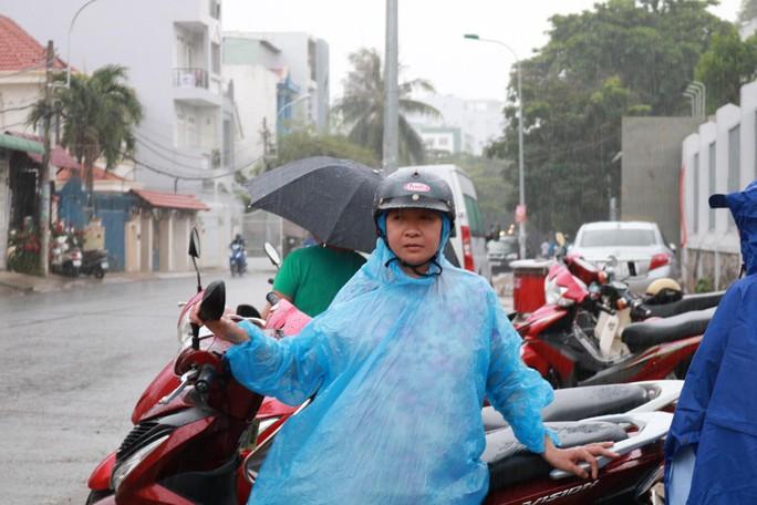 Phụ huynh chờ con thi THPT trong cơn mưa chiều tầm tã - Ảnh 6.