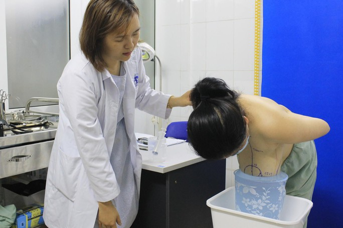 Gọt bớt ngực cho người phụ nữ suýt gù lưng vì vòng 1 khủng - Ảnh 1.