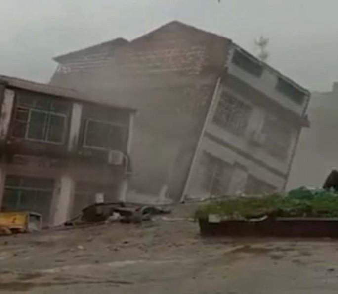 Khủng khiếp cảnh nhà 6 tầng bị mưa lũ kéo đổ trong chớp mắt ở Trung Quốc - Ảnh 2.