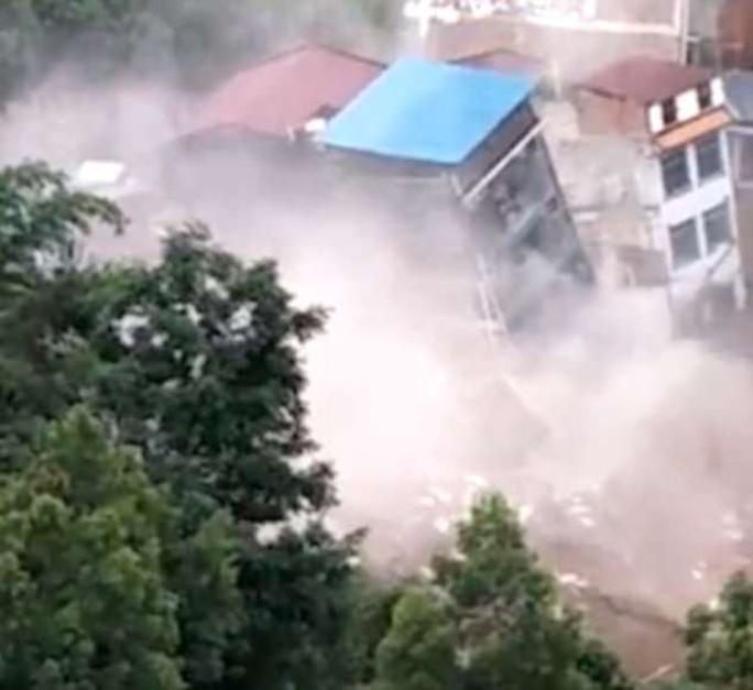 Khủng khiếp cảnh nhà 6 tầng bị mưa lũ kéo đổ trong chớp mắt ở Trung Quốc - Ảnh 3.