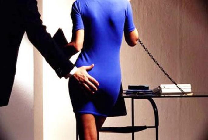 Nhận diện các hành vi quấy rối tình dục tại nơi làm việc - Ảnh 1.