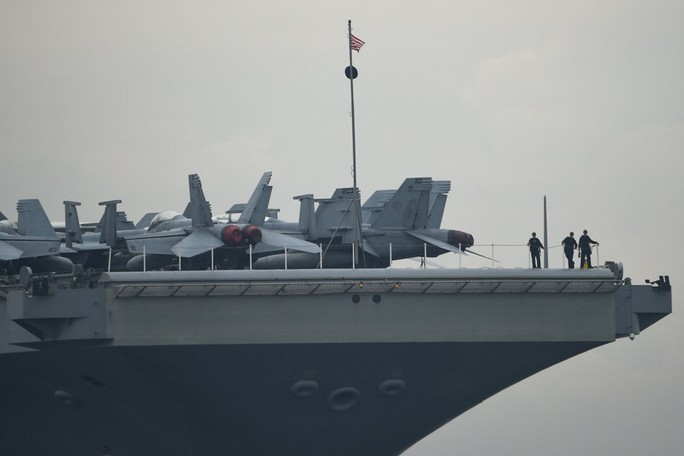 Cận cảnh siêu tàu sân bay Mỹ tuần tra biển Đông - Ảnh 3.