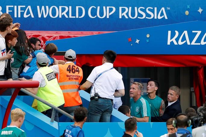 CĐV Đức dọa xử Ozil, người Anh sướng như vô địch World Cup - Ảnh 3.