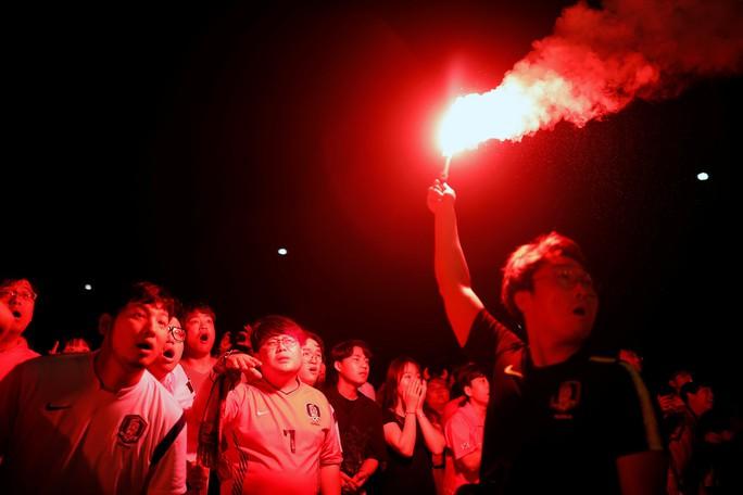 CĐV Đức dọa xử Ozil, người Anh sướng như vô địch World Cup - Ảnh 4.