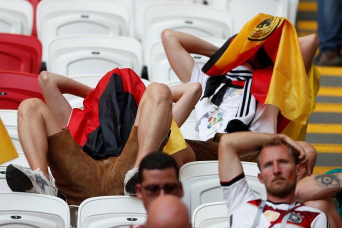 CĐV Đức dọa xử Ozil, người Anh sướng như vô địch World Cup - Ảnh 2.
