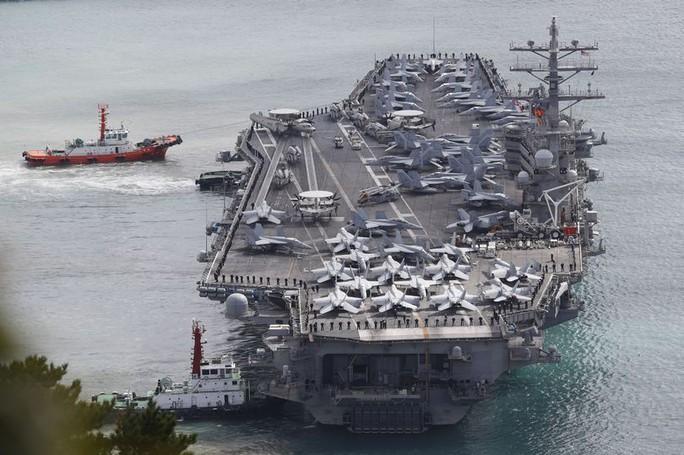 Cận cảnh siêu tàu sân bay Mỹ tuần tra biển Đông - Ảnh 4.