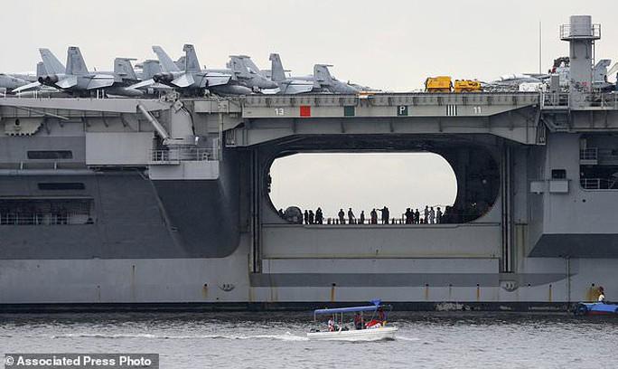 Cận cảnh siêu tàu sân bay Mỹ tuần tra biển Đông - Ảnh 5.