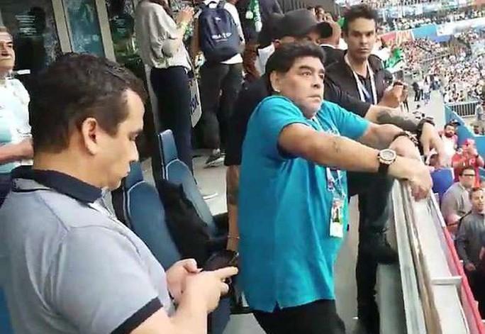 Maradona: Chửi thề, giơ ngón tay thối và… ngất xỉu trên sân - Ảnh 6.