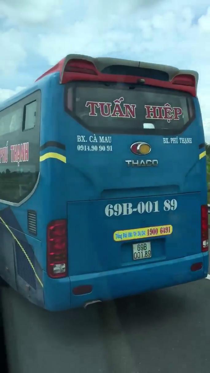 Clip: Rợn người cảnh tài xế lái xe khách bằng chân trên cao tốc Trung Lương – TP HCM - Ảnh 3.
