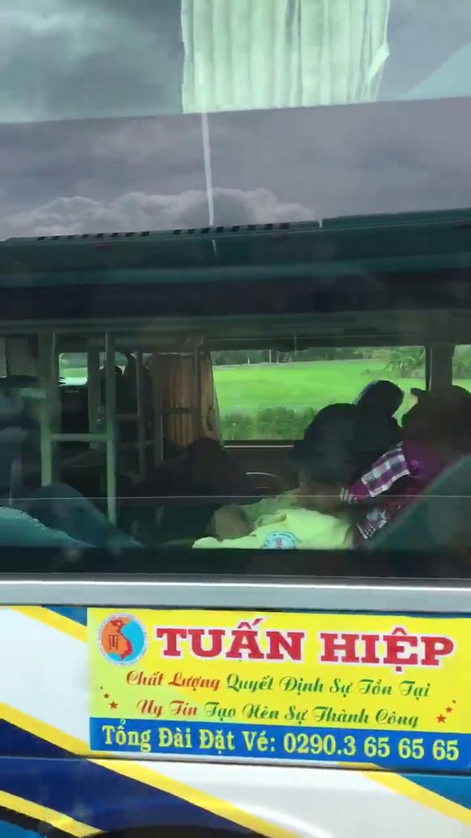 Clip: Rợn người cảnh tài xế lái xe khách bằng chân trên cao tốc Trung Lương – TP HCM - Ảnh 4.