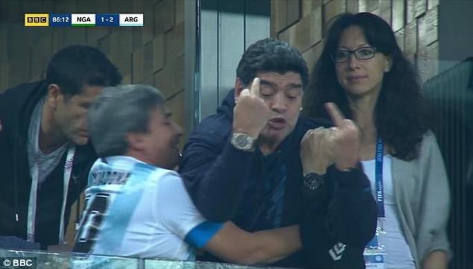 Maradona: Chửi thề, giơ ngón tay thối và… ngất xỉu trên sân - Ảnh 4.