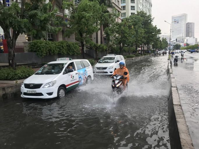 Đường Nguyễn Hữu Cảnh lại ngập mênh mông - Ảnh 2.