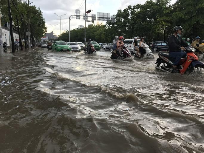 Đường Nguyễn Hữu Cảnh lại ngập mênh mông - Ảnh 1.