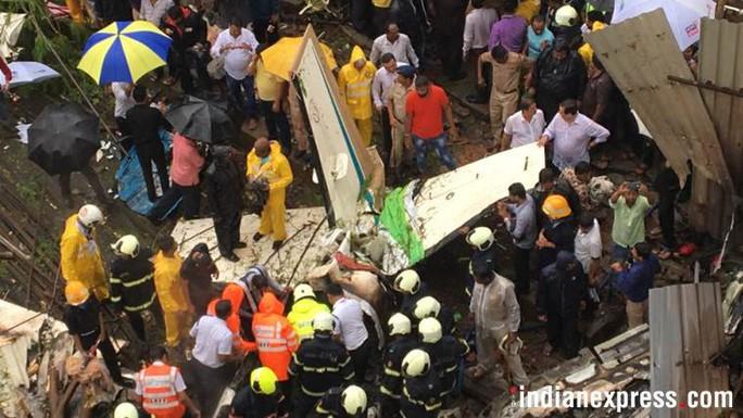 Máy bay lao thẳng vào công trình xây dựng, 5 người chết - Ảnh 3.