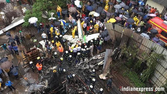 Máy bay lao thẳng vào công trình xây dựng, 5 người chết - Ảnh 2.