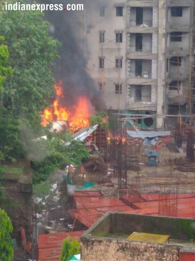 Máy bay lao thẳng vào công trình xây dựng, 5 người chết - Ảnh 1.