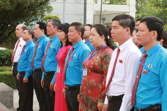 Đoàn Đại biểu CNVC-LĐ TP HCM dâng hương, dâng hoa tượng đài Bác Hồ, Bác Tôn - Ảnh 1.