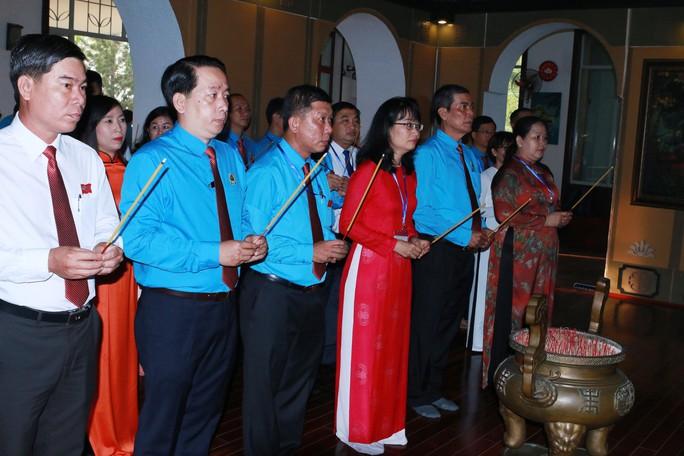 Đoàn Đại biểu CNVC-LĐ TP HCM dâng hương, dâng hoa tượng đài Bác Hồ, Bác Tôn - Ảnh 2.
