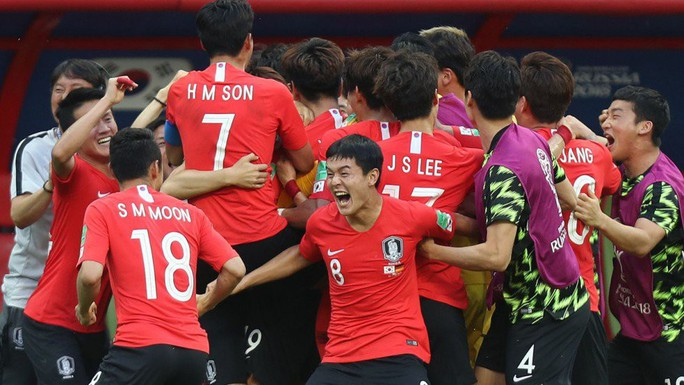 Hàn Quốc ăn mừng hụt vì…tưởng được vào vòng trong - Ảnh 1.