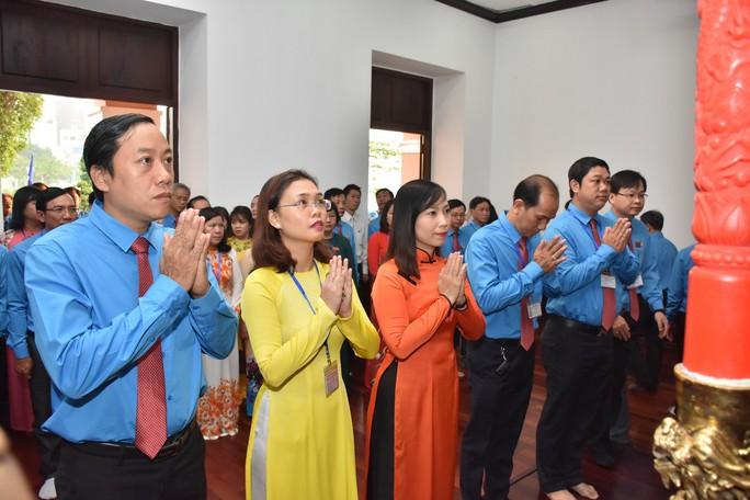 Đoàn Đại biểu CNVC-LĐ TP HCM dâng hương, dâng hoa tượng đài Bác Hồ, Bác Tôn - Ảnh 4.