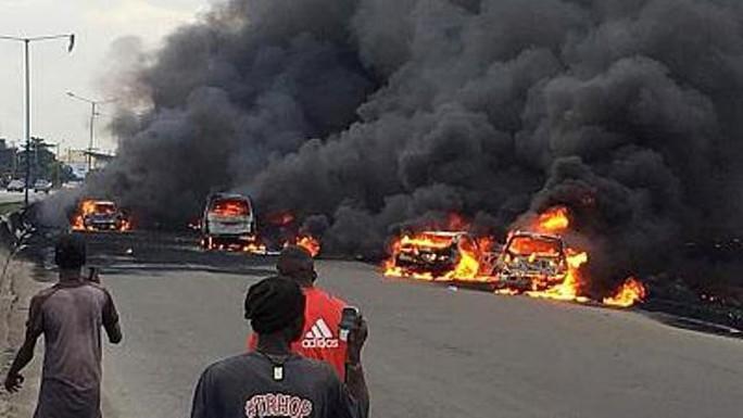 Xe chở dầu bắt lửa, 9 người chết thảm,53 xe bị thiêu rụi - Ảnh 1.