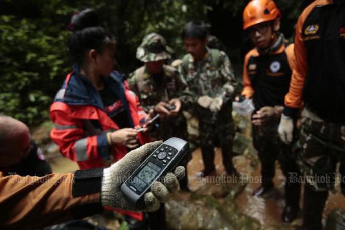 Thái Lan: Thả nhu yếu phẩm vào hang động, mong cứu sống đội bóng mất tích - Ảnh 4.