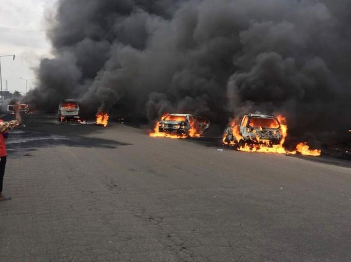 Xe chở dầu bắt lửa, 9 người chết thảm,53 xe bị thiêu rụi - Ảnh 4.