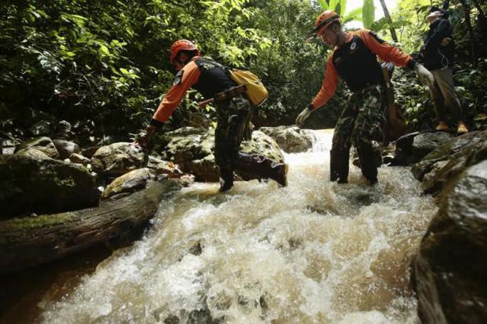 Thái Lan: Thả nhu yếu phẩm vào hang động, mong cứu sống đội bóng mất tích - Ảnh 3.