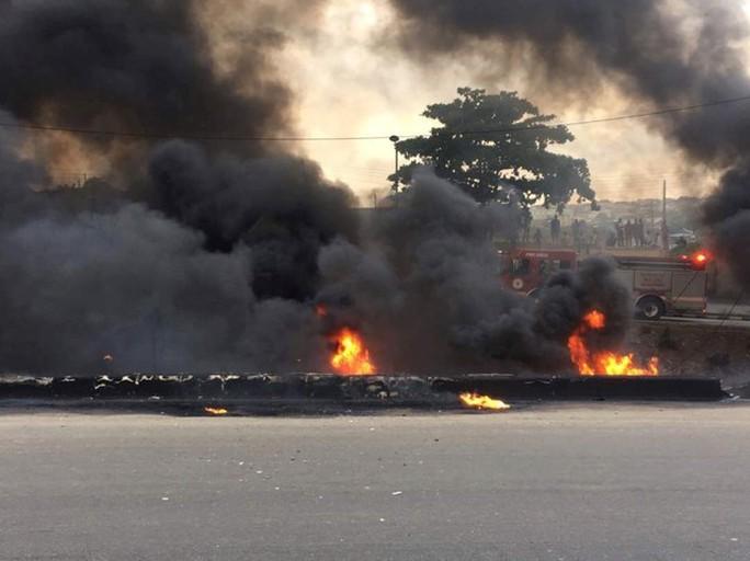 Xe chở dầu bắt lửa, 9 người chết thảm,53 xe bị thiêu rụi - Ảnh 3.