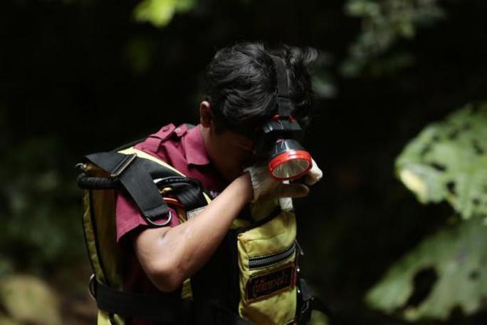 Thái Lan: Thả nhu yếu phẩm vào hang động, mong cứu sống đội bóng mất tích - Ảnh 2.
