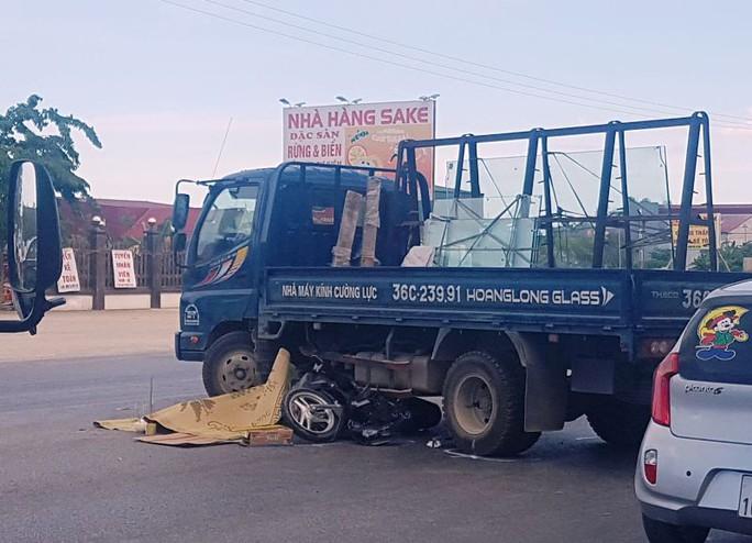 Tông vào xe tải đang sang đường, 2 người đi xe máy thương vong - Ảnh 1.