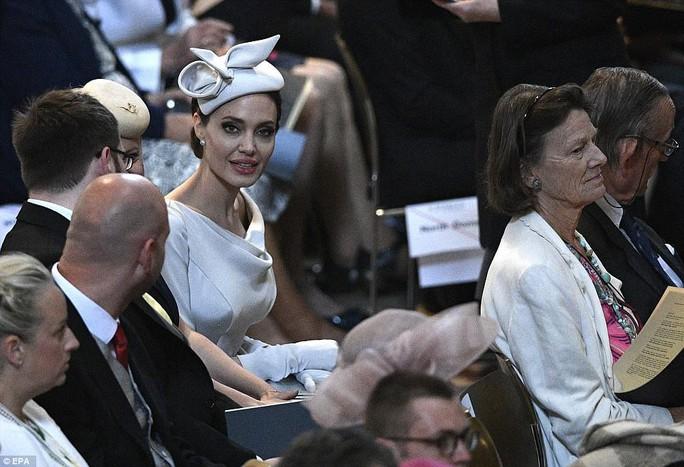 Angelina Jolie đẹp cuốn hút trong sự kiện hoàng gia - Ảnh 12.