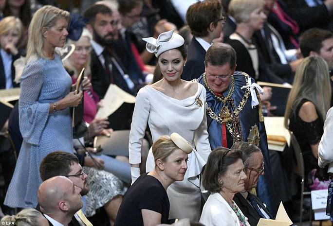 Angelina Jolie đẹp cuốn hút trong sự kiện hoàng gia - Ảnh 11.