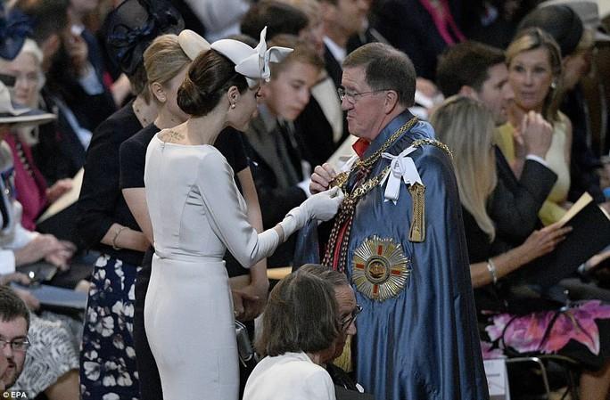 Angelina Jolie đẹp cuốn hút trong sự kiện hoàng gia - Ảnh 8.