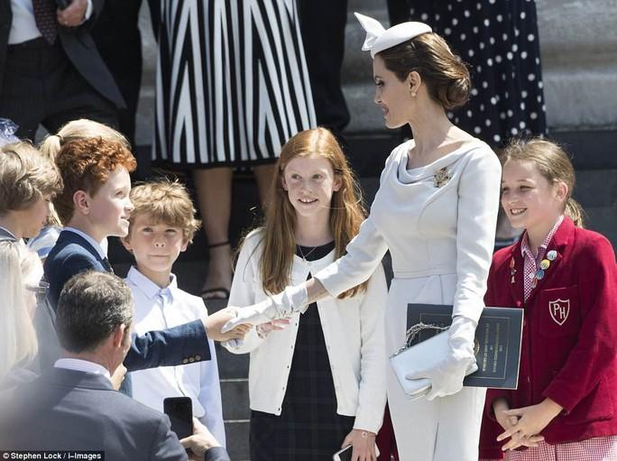 Angelina Jolie đẹp cuốn hút trong sự kiện hoàng gia - Ảnh 5.