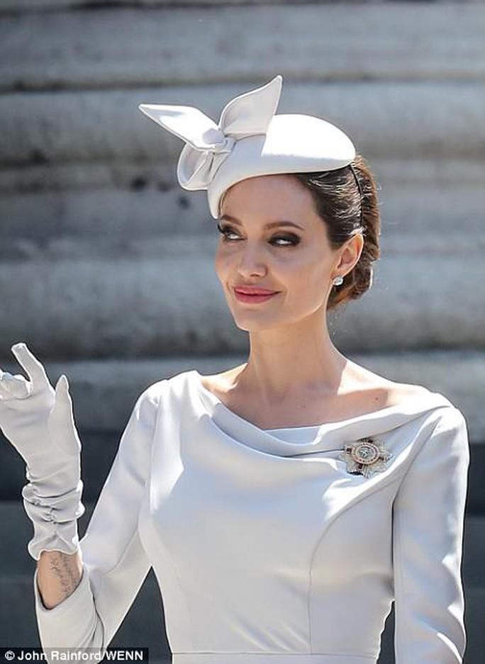 Angelina Jolie đẹp cuốn hút trong sự kiện hoàng gia - Ảnh 4.
